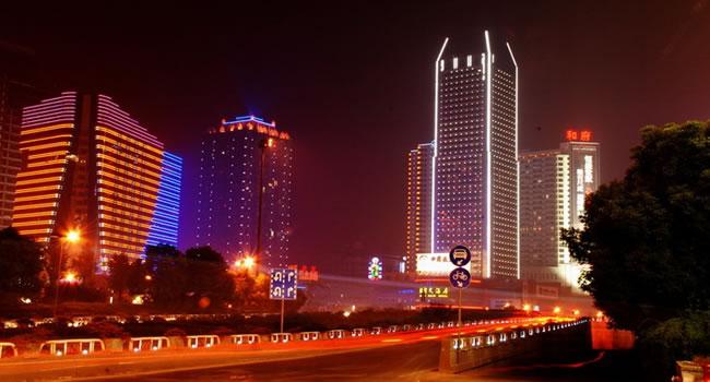 【交通运输】   长沙是中国中部地区重要的交通枢纽城市,陆、水、空交通皆较发达、便利。 1、铁路 长沙与株洲形成共同铁路枢纽。总投资986亿元的武广客运专线(武汉长沙广州)已于2005年在长沙首先动工,2009年底建成。杭长客运专线(杭州南昌长沙)也于同年批复,并在2008年批复建设长昆客运专线,2009年批复规划渝长客运专线。截至2010年2月,长沙市有两个铁路客运站:长沙火车站和长沙火车南站,后者已于2009年12月正式开通运营(武广车场部分),沪昆客运专线建成后将与武广客运专线共用长沙火车南