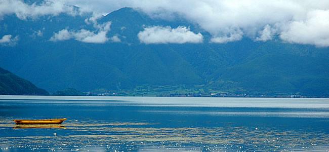 【历史沿革】   迪庆,藏语意为吉祥如意的地方;香格里拉,是迪庆藏语,意为心中的日月。1993年,詹姆斯希尔顿在其长篇小说《失去的地平线》中,首次描绘了一个远在东方群山峻岭之中的永恒和平宁静之地香格里拉。 汉朝,汉武帝在西南夷设置郡县。东汉时,迪庆为牦牛羌地。三国蜀汉时期,属云南郡地。隋时为南宁州总管辖。 唐永隆元年(680年),吐蕃在今迪庆境内维西塔城一带设神川都督。至元六年间在境内设驿站,属吐蕃诸路宣尉使司都元帅府管辖。南诏时先后属铁桥节度、剑川节度。宋大理国属善巨郡辖地。南宋宝